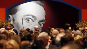 Asistentes a la inauguración de 'Salvador dalí. Arte mágico', en el centro de exposiciones Manezh, en Moscú.