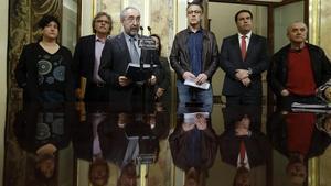 El diputat d'Amaiur Rafael Larreina, davant el micròfon, amb representants d'ERC i el BNG, llegeix el manifest a favor del tancament de la causa de les 'herriko tabernas'. EFE / JUAN CARLOS HIDALGO