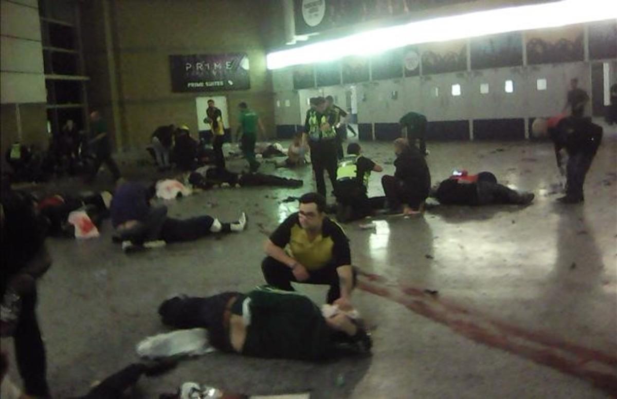 Algunos heridos reciben asistencia en el Manchester Arena.