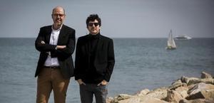 Jordi Basté y Marc Artigau, en la playa de la Barceloneta, presentando su libro 'Un home cau'.