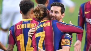 Messi felicita a Griezmann después de que éste marcara el 1-0 al Elche.