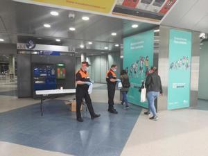 Voluntarios de Protección Civil en el vestíbulo de FGC.