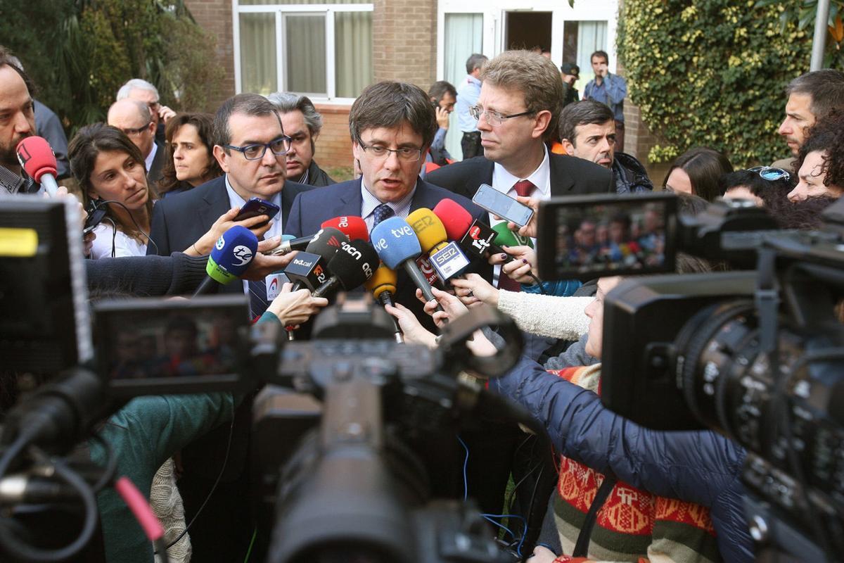 El presidentde la Generalitat , Carles Puigdemont,se ha desplazado al lugar del accidentey ha suspendido el viaje a París que tenía previsto iniciar esta tarde.