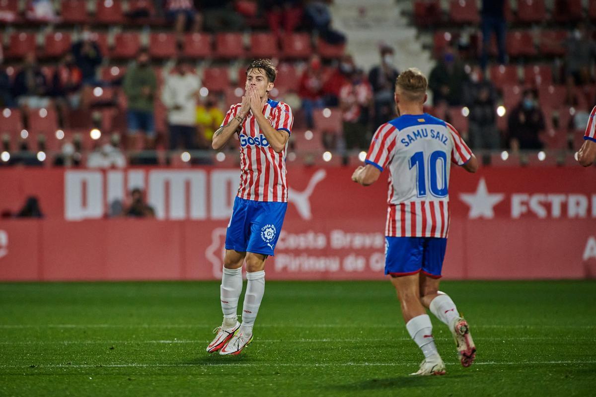 Pol Lozano celebra su soberbio gol en el tramo final del partido con el Sporting.