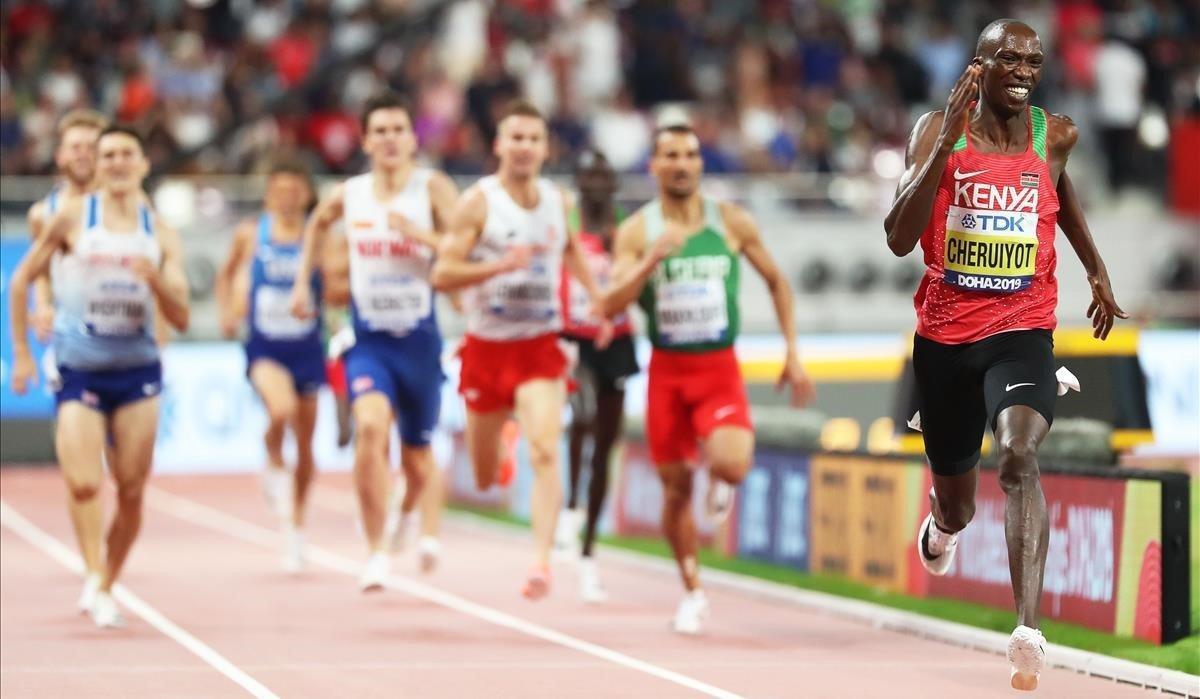 Timothy Cheruiyot se dispone a ganar el oro en la final de 1.500.