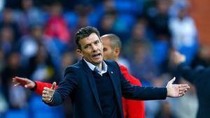 Unzue se lamenta en un partido del Girona.