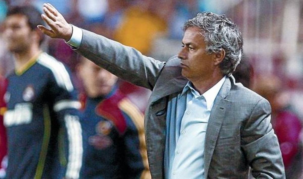 José Mourinho da instrucciones al equipo, el pasado sábado en el Sánchez Pizjuán de Sevilla.