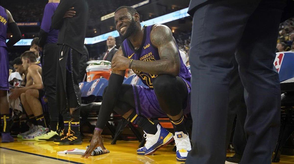 LeBron James, de los Lakers, se muestra dolorido en el banquillo del equipo de Los Ángeles.