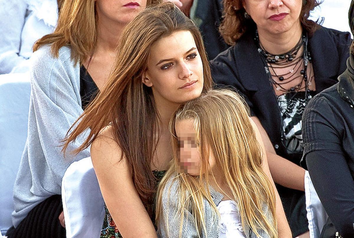 La desaparecida hija de Eva Cobo y Toni Cantó, Carlota (con una niña en brazos).