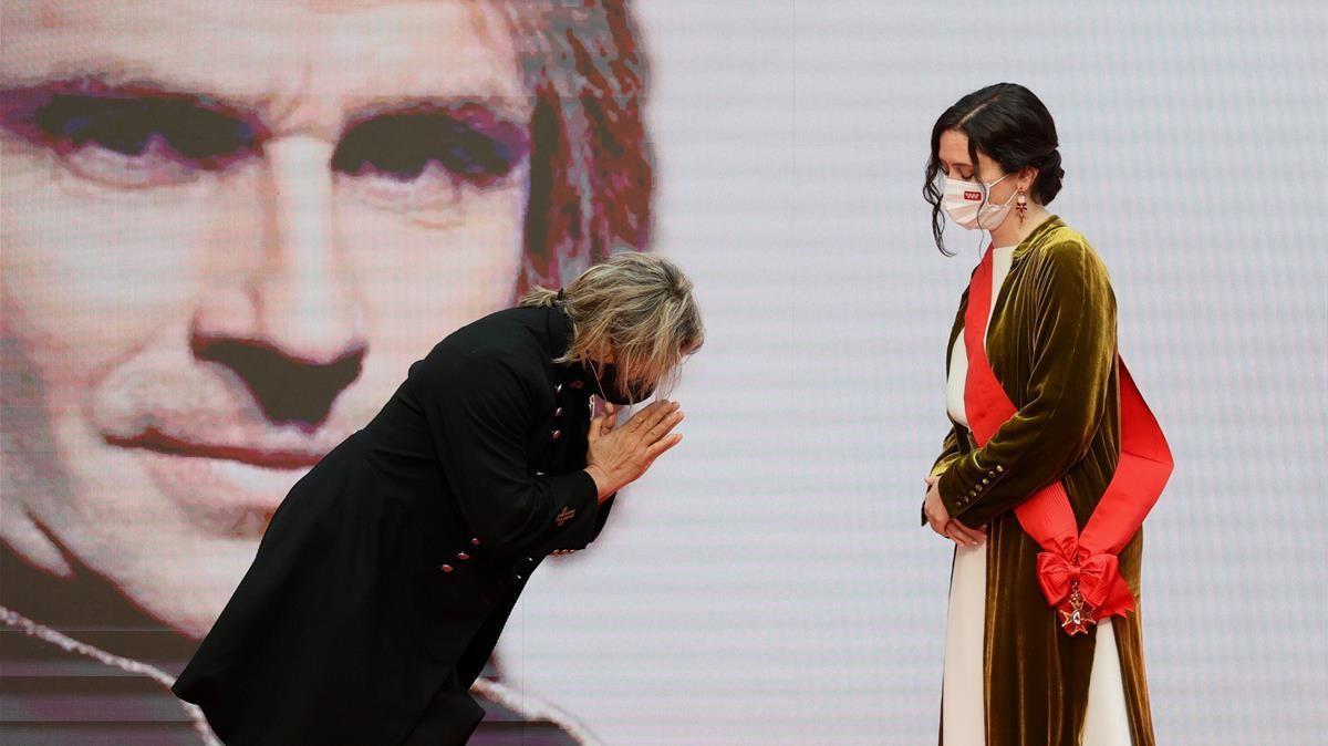 Nacho Cano recibe la medalla de la Comunidad de Madrid y elogia a Ayuso devolviéndosela, este domingo.
