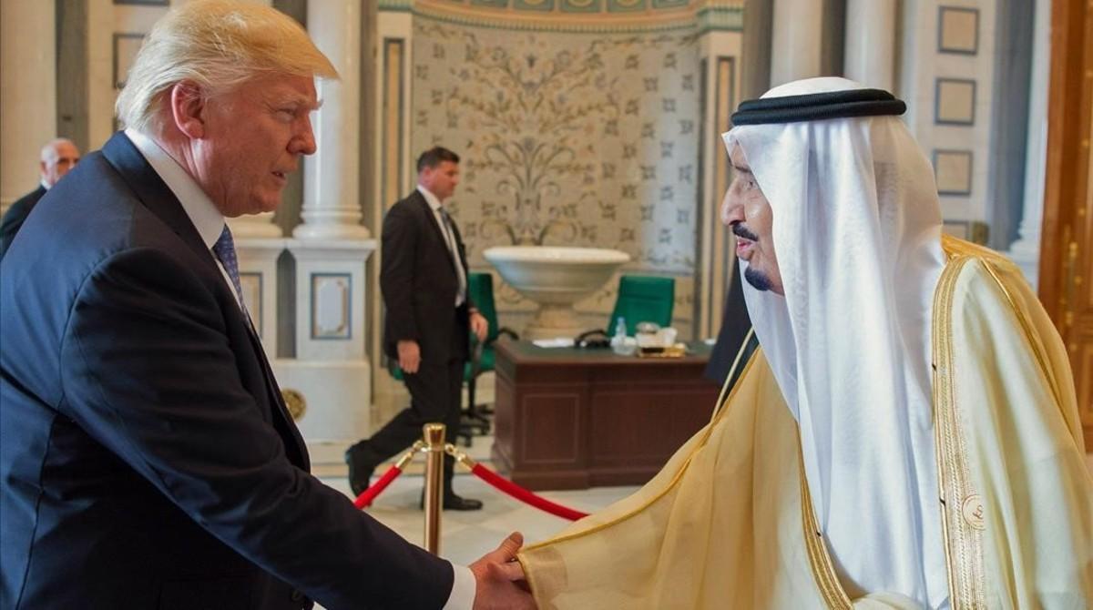 Donald Trump y Salman bin Abdulaziz se saludan en una reunión el pasado 21 de mayo.