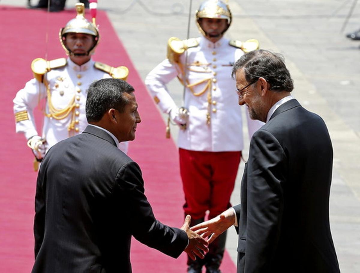 Mariano Rajoy (derecha) saluda al presidente de Perú, Ollanta Humala, en el Palacio de Gobierno de Lima.
