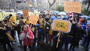Protesta de las familias del colegio Els Encants ante la sede del Consorci d'Educació por el instituto Angeleta Ferrer.