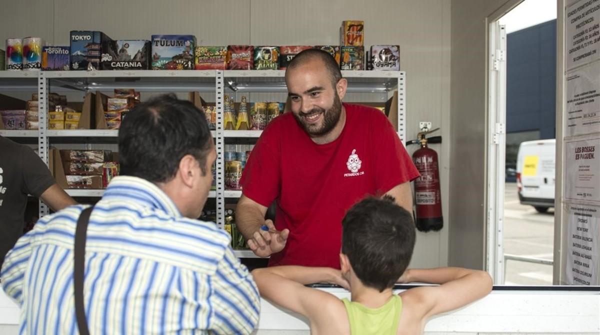 Rubén Sáez, en el puesto de venta de petardos en el que ha trabajado esta semana.