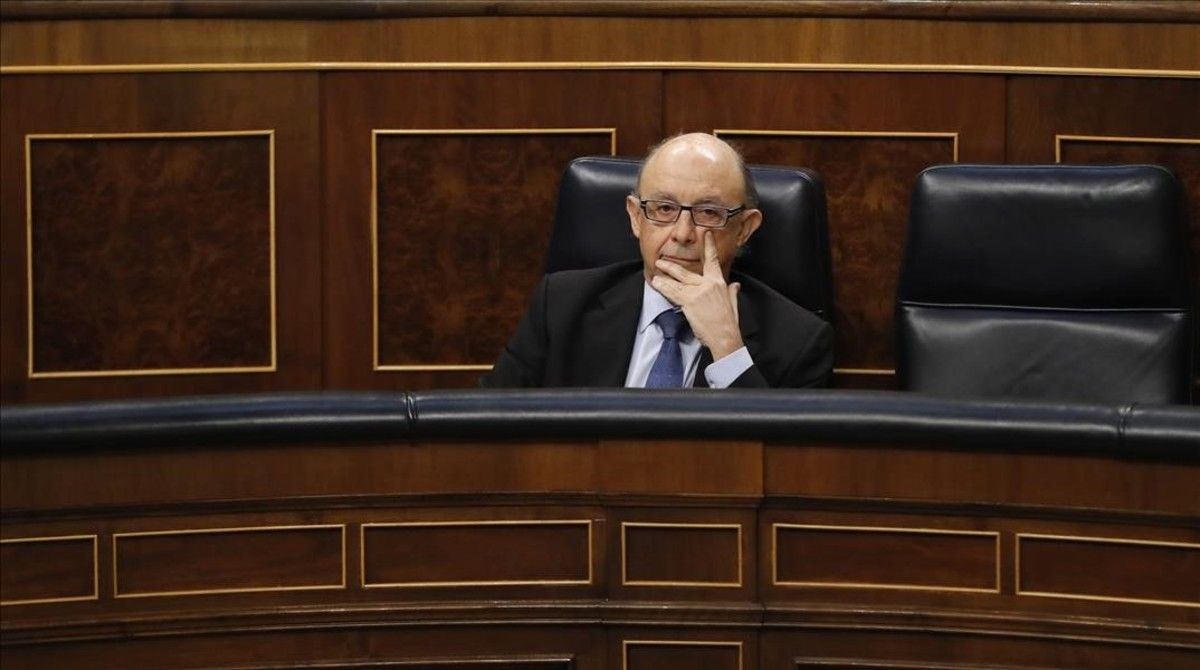 El ministro de Hacienda, Cristóbal Montoro, en su escaño del Congreso de los Diputados.