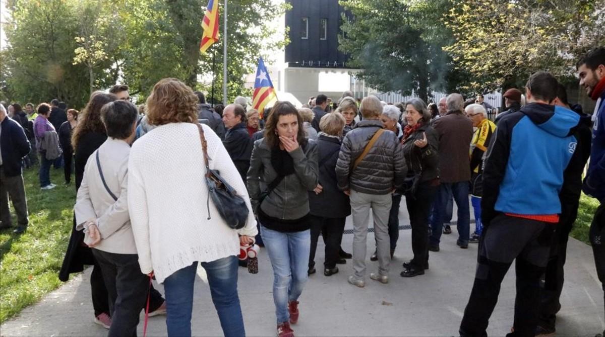 Concentración frente a los juzgados de Berga en protesta por la detención de la alcaldesa, Montserrat Venturós.