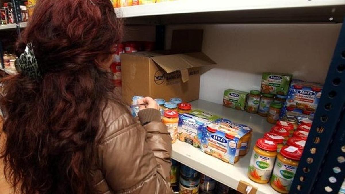 La Tienda Solidaria de Cornellà atiende 744 personas al mes.