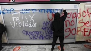 Una manifestante pinta un grafiti en una pared del sistema de transporte Metro contra Félix Salgado Macedonio,