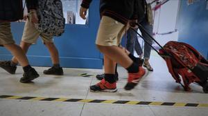 Un positiu obliga a confinar 11 grups en una escola de Girona