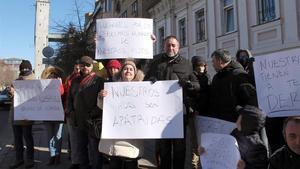 Familias españolas frente al consulado en Kiev.