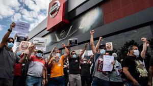 Trabajadores de Nissan protestan por el cierre de la planta de la Zona Franca, ante un concesionario de la marca en Granollers.