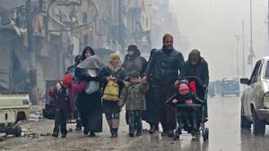 Una familia siria, en las calles de Alepo, en diciembre pasado.