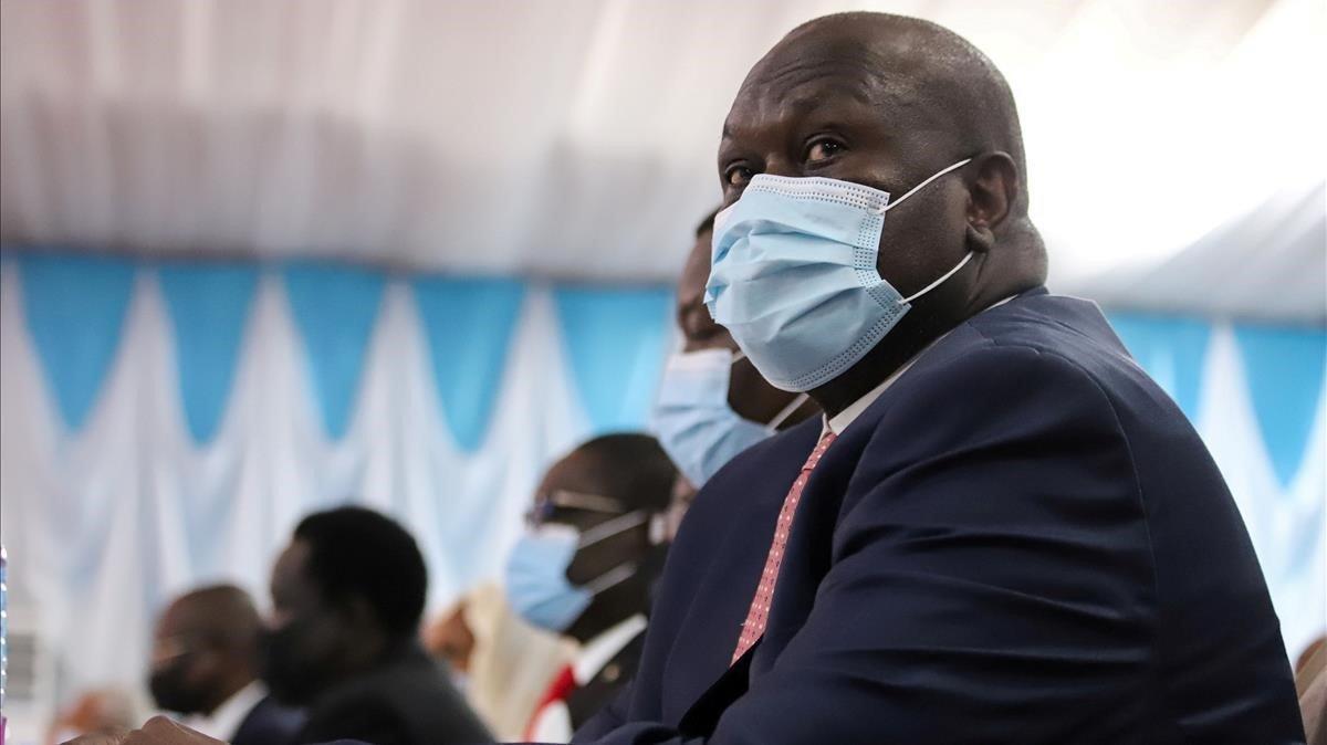El vicepresidente de Sudán del Sur,Riek Machar, espera la ceremonia de la firma del acuerdo de paz.