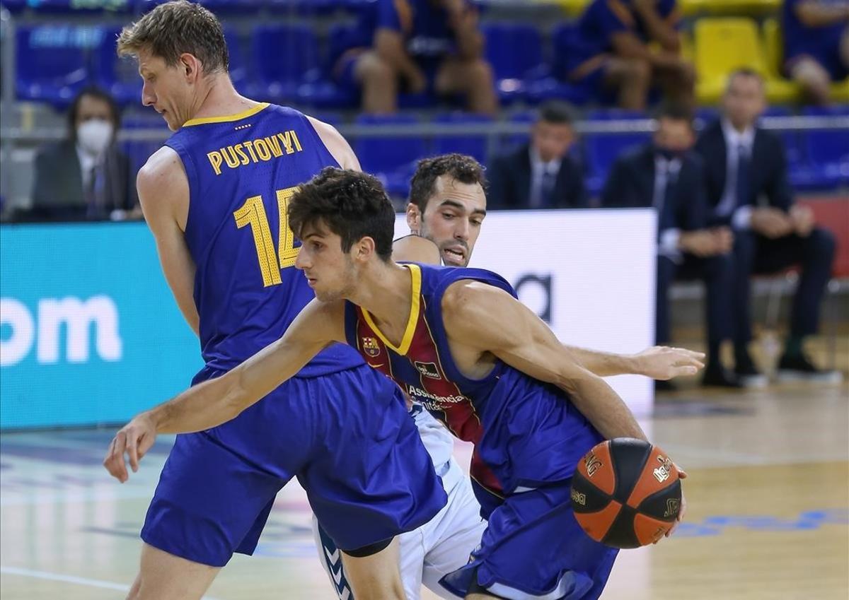 Bolmaro conduce el balón, aprovechándose del bloqueo de Pustovyi, en un partido de Liga