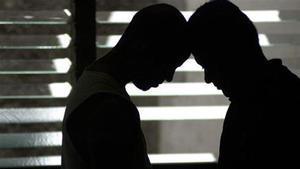 Una pareja homosexual, en actitud cariñosa.