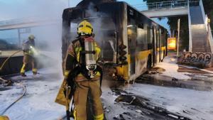 Crema un autobús que circulava sense passatgers per la C-31 al Prat