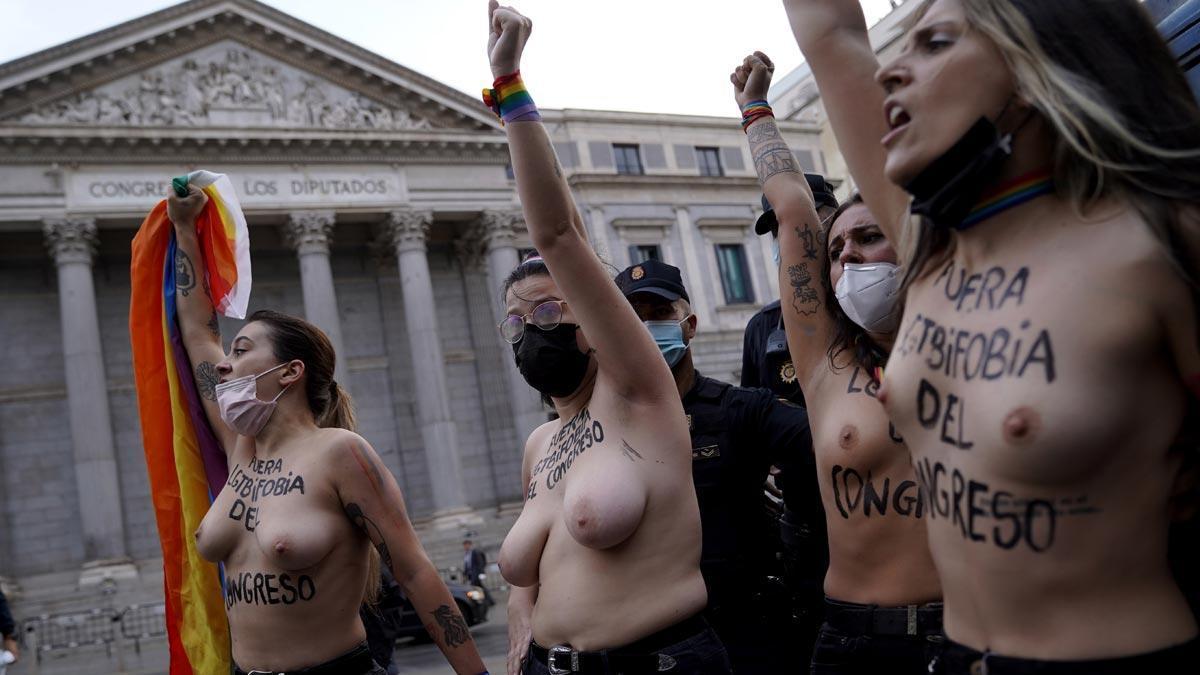 Activistas de Femen protestan frente al Congreso contra la homofobia.