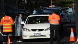 Trabajadores sanitarios hacen pruebas de covid-19 a conductores en Melbourne, este martes.