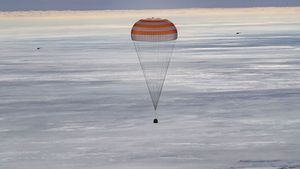 La nave Soyuz MS-17 con tres tripulantes a bordo aterriza en la estepa kazaja.