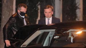 El ministro de Justicia polaco, se marcha de la reunión con el primer ministro húngaro, Viktor Orbán, para cerrar los presupuestos de la UE.