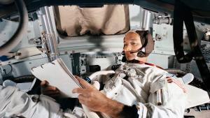 El astronauta Michael Collins durante las pruebas a bordo del módulo de la misión Apollo 11, la primera en llegar a la Luna.