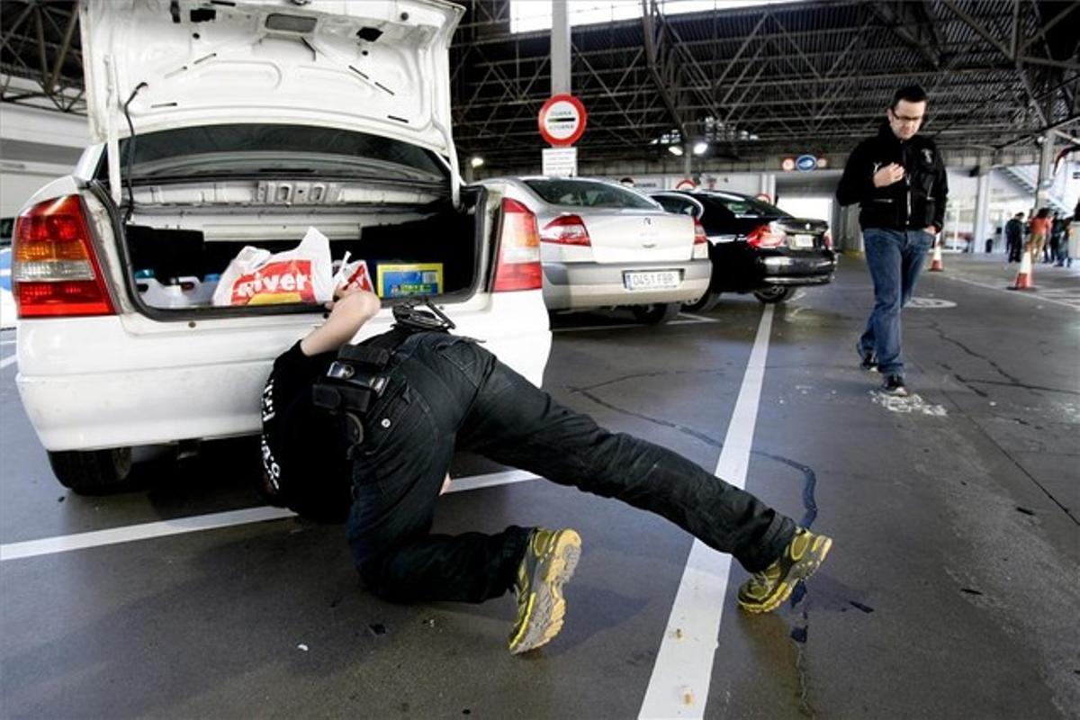 Un guardia civil registra un coche en la aduana de la Farga de Moles, el pasado 7 de mayo.