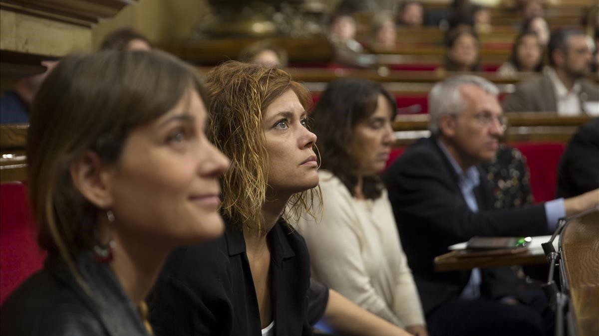 Jéssica Albiach, Elisenda Alamany y otros diputados de Catalunya en Comú en el Parlament