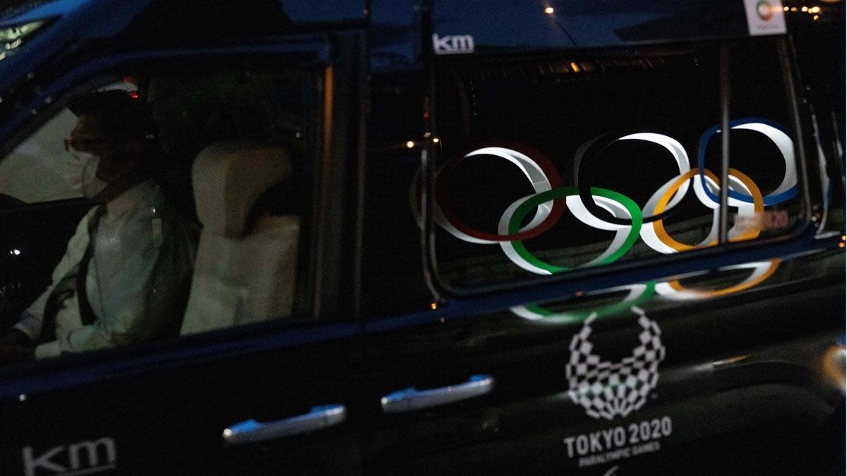 Los aros olímpicos, reflejados en la ventana de un taxi en el distrito de Nihonbashi, en Tokyo.