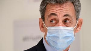 El expresidente francés, Nicolas Sarkozy, abandona este martes el tribunal de París donde está siendo juzgado por presunta corrupción.