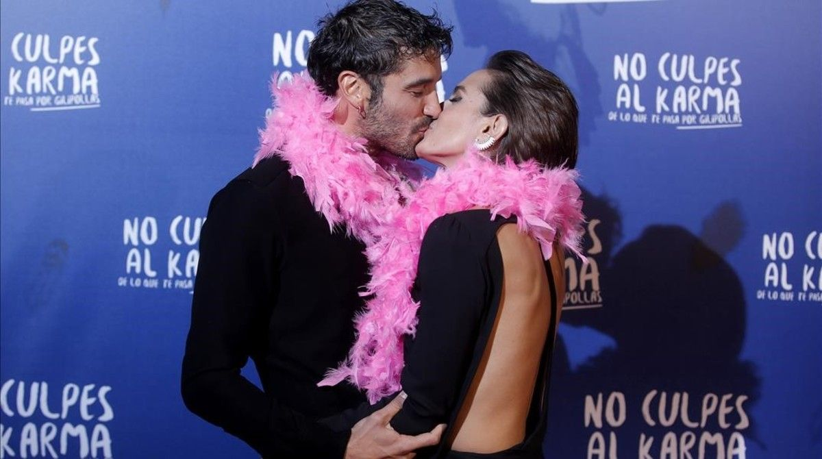 Los protagonistas de 'No culpes al karma...', Alex García y Alba Galocha.
