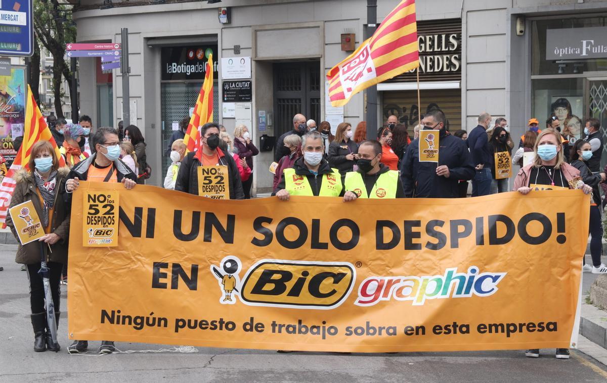 Manifestación durante el Primero de Mayo de trabajadores de la fábrica de BIC en Tarragona, contra los despidos planteados.