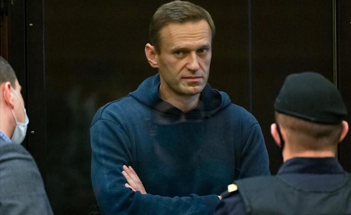 Alexei Navalni llega a su juicio en Moscú.