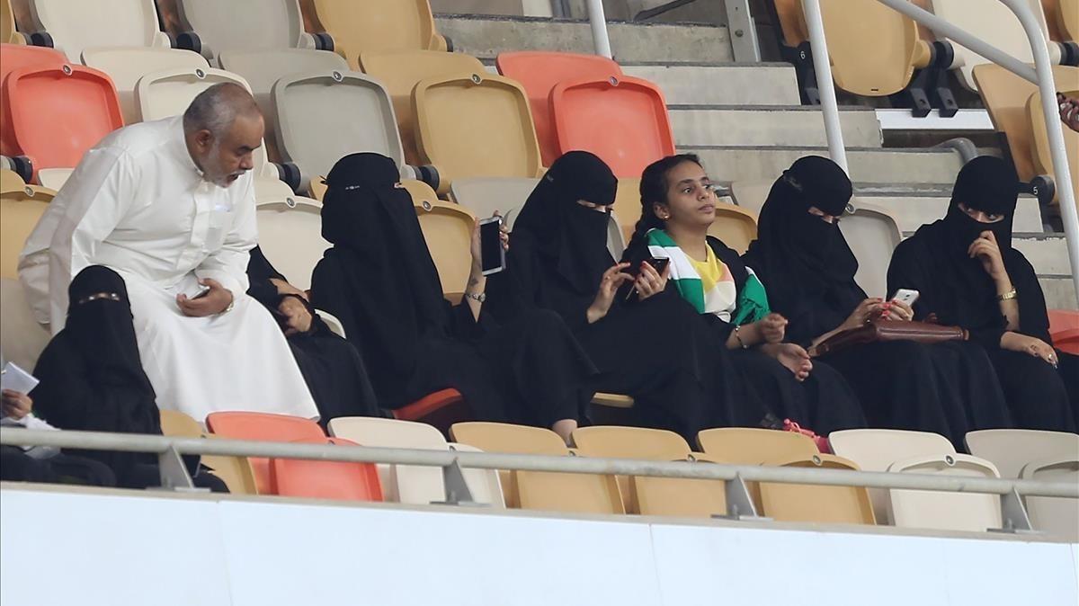 Seguidoras del Al-Ahli presencian el histórico partido celebrado en el estadio Rey Abdulá, en Yeda, el 12 de enero.