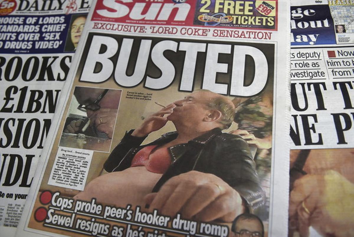 Nuevas fotos del diario 'The Sun' muestran a Sewel fumando con un sujetador.