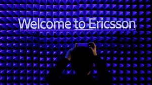 Un asistente al Mobile World Congress del año 2019 toma una foto en el estand de Ericsson.
