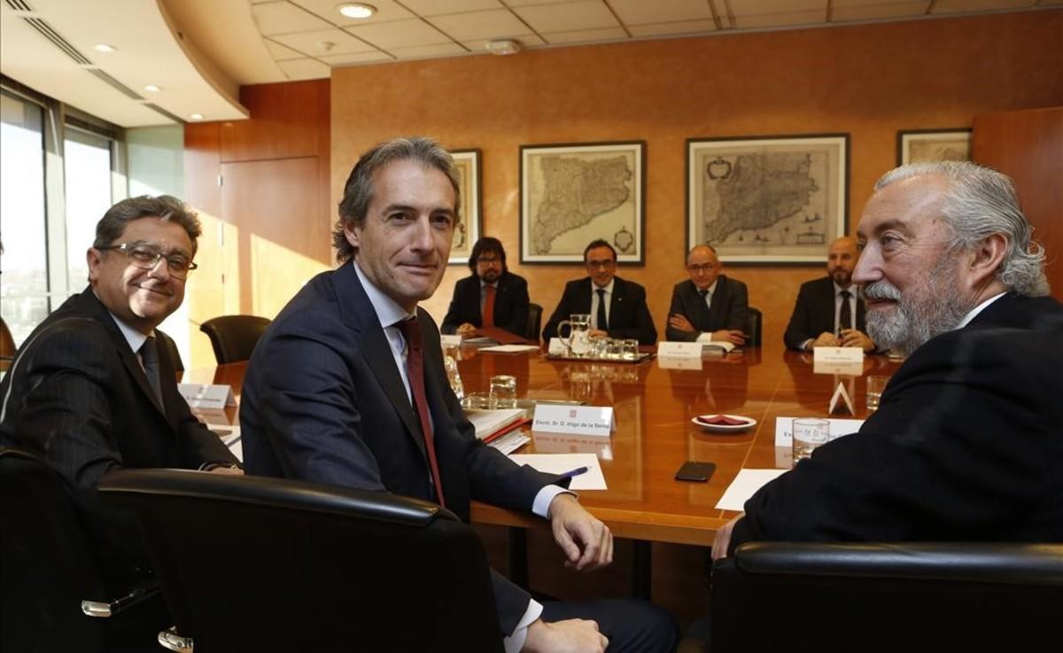 Momento de la reunión entreel ministro de Fomento, Íñigo de la Serna (en primer plano), y el 'conseller' de Territori i Sostenibilitat, Josep Rull, este miercoles.