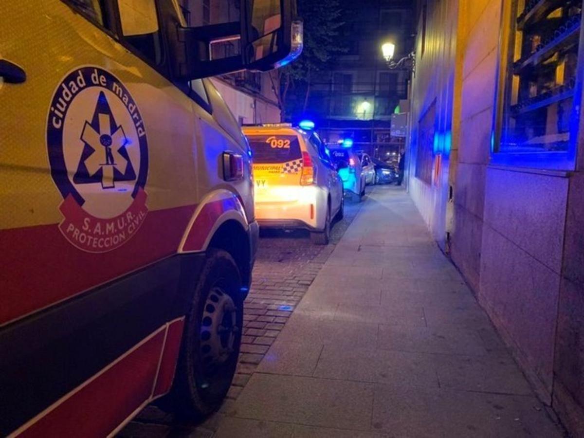 Imagen de un vehículo del Samur-Protección Civil que acudió en la calle Cedaceros tras producirse la pelea.