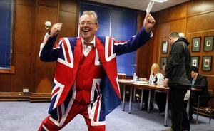 Un habitante de las Malvinas vistiendo un traje con los colores de la Union Jack se dispone a emitir su voto en un colegio electoral deStanley, la capital isleña.