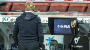 Koeman observa la pantalla del VAR en el Camp Nou.