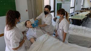 Barcelona 09/06/2021 SociedadEstudios FPClase de grado medio de enfermería en la escuela CEDESCA, que cumple hoy 40 años de existencia.AUTOR: JORDI OTIX